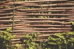 Cerca tradicional do lath em torno da casa de um fazendeiro em Ucrânia Foto de Stock