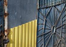 Cerca velha do ferro textura oxidada velha da cerca fundo rústico retro bonito foto de stock