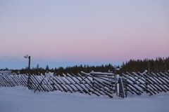 Cerca velha do vintage no inverno na vila Fotos de Stock Royalty Free