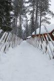 Cerca velha do vintage no inverno na vila Fotos de Stock