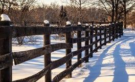 Cerca velha em uma exploração agrícola nevado Imagem de Stock