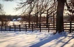 Cerca velha em uma exploração agrícola nevado Fotos de Stock