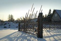 Cerca velha no campo nevado Imagens de Stock Royalty Free