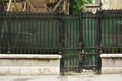 Cerca verde, vieja, del metal y puerta Imágenes de archivo libres de regalías