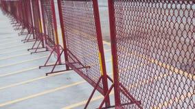 Cerca vermelha do metal nos parques de estacionamento Imagem de Stock