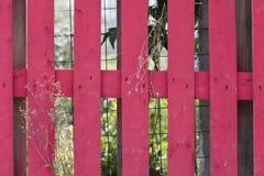 Cerca vermelha na casa foto de stock royalty free