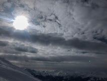 Cerca vermelha plástica vermelha fria branca Metal Shadow Closeup do céu azul de Ski Snowboard Mountain Sun Clouds do elevador do fotos de stock