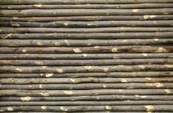 Cerca vieja hecha de ramas de árbol Pared de ramitas como fondo o fotos de archivo