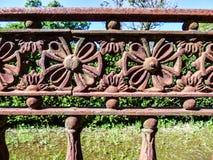 Cerca vieja oxidada del hierro con los detalles de la flor Fotografía de archivo libre de regalías