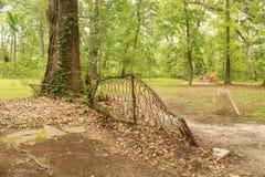 Cerca vieja que cae abajo en un parque Imagen de archivo libre de regalías