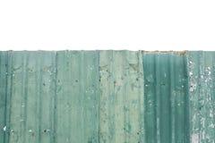 Cerca vieja superficial del metal del primer en el área de la construcción aislada en el fondo blanco Imagen de archivo