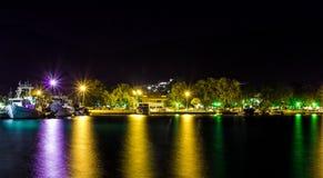 Cerca vista del puerto de Stavros con la reflexión de las luces imágenes de archivo libres de regalías