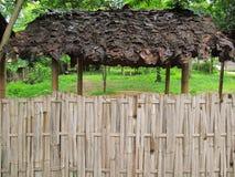 Cerca y azotea de bambú de las hojas Fotos de archivo