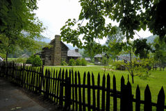 Cerca y cabina de piquete en granja Imagenes de archivo