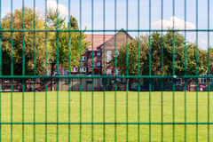 Cerca y casas verdes Fotos de archivo