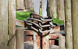 Cerca y encadenamientos de madera foto de archivo