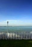 Cerca y lámpara blancas, playa Imágenes de archivo libres de regalías