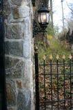 Cerca y lámpara de la puerta del hierro labrado imagenes de archivo
