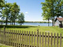 Cerca y lago Fotos de archivo