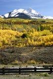 Cerca y montaña Fotografía de archivo libre de regalías