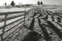 Cerca y sombra de madera largas fotografía de archivo libre de regalías
