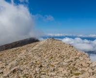 Cercado por um mar das nuvens na parte superior da montanha imagem de stock