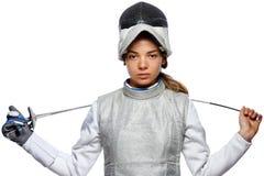 Cercador de la mujer joven con la máscara y el traje de cercado blanco Foto de archivo