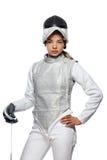 Cercador de la mujer joven con la máscara y el traje de cercado blanco Imagen de archivo