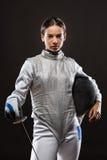 Cercador de la mujer joven en el traje de cercado blanco Foto de archivo libre de regalías