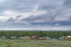 Cercanías de la ciudad en un día nublado Fotos de archivo