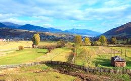 Cercanías del pueblo de montaña del otoño Foto de archivo