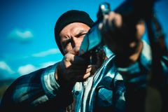 Cercando in America Cacciatore con la pistola del fucile da caccia sulla caccia Hunter Target con vista del laser Vista di collim fotografie stock libere da diritti