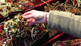 Cercando attraverso le decorazioni variopinte di Natale fatte con le spezie e le erbe stock footage