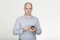 Cercando dallo Smart Phone fotografia stock libera da diritti