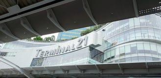 Cercando del terminale 21 del centro commerciale Immagine Stock