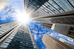 Cercando gli ambiti di provenienza moderni delle costruzioni della città Immagini Stock Libere da Diritti