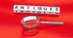 Cercando gli oggetti d'antiquariato Fotografia Stock
