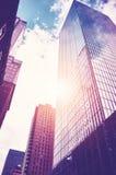 Cercando i grattacieli di Manhattan al tramonto Fotografia Stock