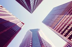 Cercando i grattacieli di Manhattan al tramonto Immagine Stock Libera da Diritti