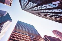 Cercando i grattacieli di Manhattan al tramonto Fotografia Stock Libera da Diritti