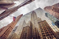 Cercando i grattacieli di New York, U.S.A. Immagine Stock