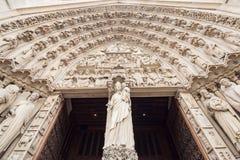 Cercando l'arco della entrata a Notre Dame Cathedral a Parigi fotografia stock