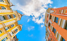 Cercando l'edificio residenziale del colorfull alto con il chiaro cielo Fotografie Stock