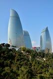Cercando la fiamma si eleva a Bacu, capitale dell'Azerbaigian, nel sole con gli alberi in priorità alta Immagine Stock Libera da Diritti