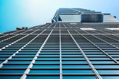 Cercando la vista di Taipei 101, il punto di riferimento di Taiwan, riflette le luci del sole e del cielo blu Fotografie Stock Libere da Diritti