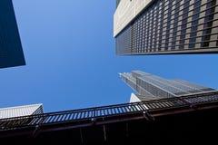 Cercando le costruzioni del centro del grattacielo di Chicago immagine stock