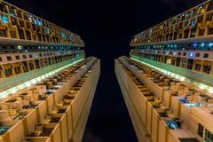 Cercando le costruzioni di appartamento fotografie stock libere da diritti