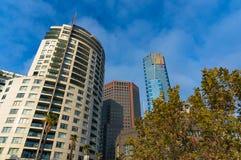 Cercando le costruzioni moderne alte del grattacielo Fotografie Stock