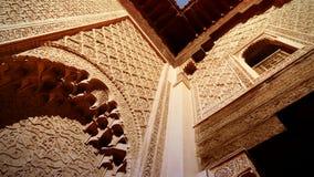 Cercando le vecchie decorazioni coraniche della scuola a Marrakesh verso la fine del pomeriggio Immagini Stock Libere da Diritti