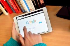 Cercando sulla rete di Google Immagine Stock Libera da Diritti
